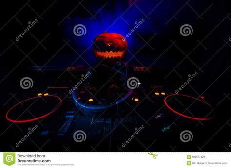 tavola dj zucca di su una tavola dj con le cuffie su