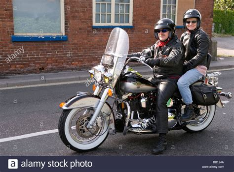 Usa Motorrad Ohne Helm by Couple Riding A Harley Davidson Motorcycle Gosport
