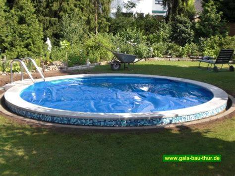den pool rund um den pool