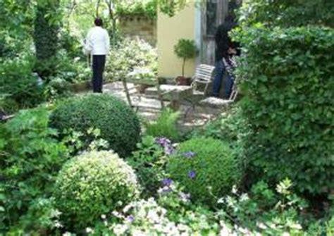 beet mit buchsbaum gestalten buchbaumkugeln im schattengarten formgeh 246 lze