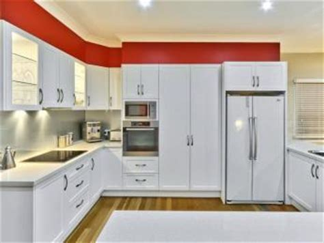 Kitchen Design Free Home Visit Idei Amenajari Model De Bucatarie Alb Cu Nuante De Rosu