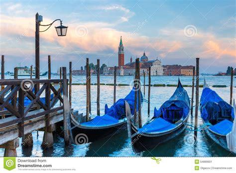 le crpuscule de la 2081375346 gondoles au cr 233 puscule dans la lagune de venise italie photo stock image 54889901