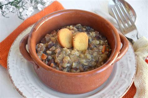 cucinare legumi 187 zuppa di legumi e farro ricetta zuppa di legumi e