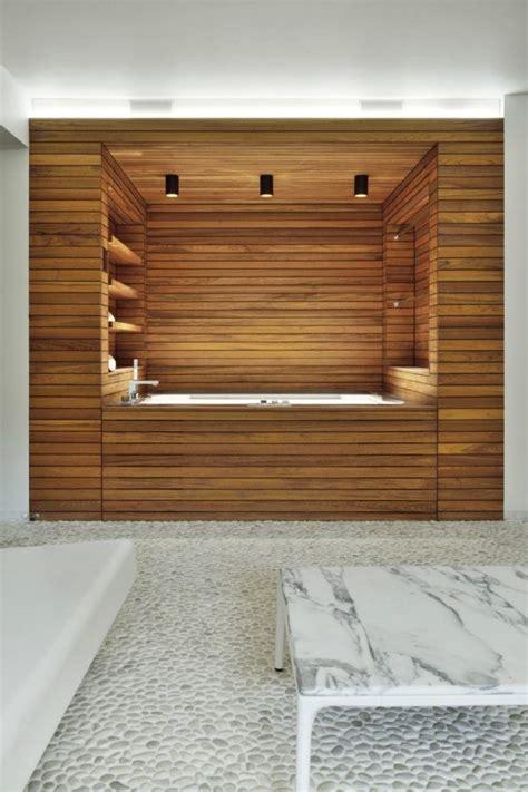 bad design holz verkleidung badewanne regale kieselstein - Fliesen Kieselstein Optik