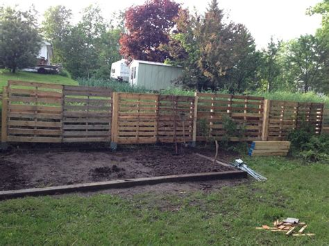 Pallet Garden Fence by Ideas For Wood Pallet Fences Pallet Wood Projects
