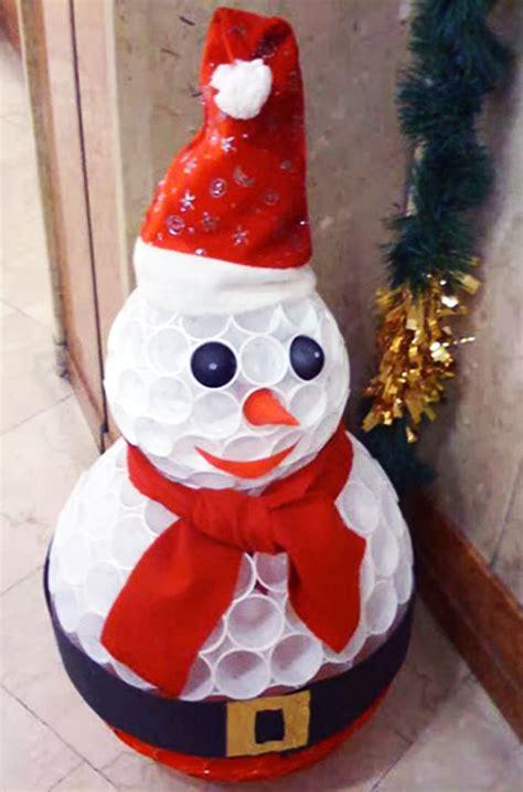 pupazzo di neve con bicchieri di carta pupazzo di neve riciclando i bicchieri di plastica