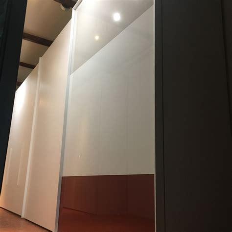 armadi in vetro armadio caccaro loom in tre design vetro ante scorrevoli