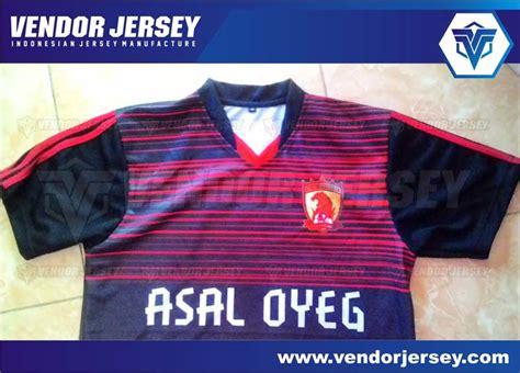 desain baju futsal warna merah buat jersey futsal printing dengan desain gradasi vendor