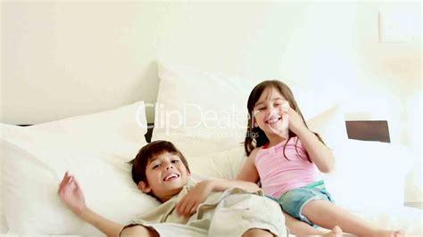 Bett Kinder by Kinder Springen Auf Dem Bett Royalty Free And Stock