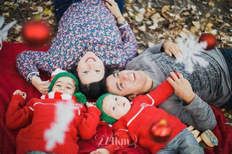 imagenes navideñas en familia sesi 243 n de fotos familiar navide 241 a en oto 241 o en el bosque en