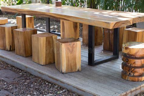L Use Im Garten 3980 by Holztisch Und Schemel Im Garten Stockfoto Bild Stuhl