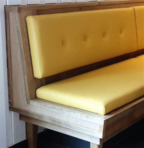 Délicieux Banc De Cuisine Avec Dossier #2: banc-cuisine-bois-avec-dossier-assise-cuir-jaune-style-vintage.jpg