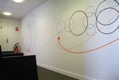 Charmant Conseil Decoration Interieur Gratuit #7: Deco-mur-couloir-entreprise-salle-reunion.jpg