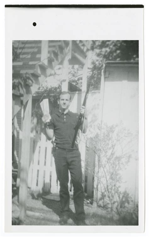 oswald backyard photo lee harvey oswald in backyard with rifle 1 the portal