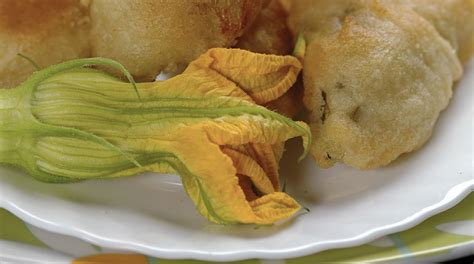 ricetta fiori di zucca fritti ripieni ricetta fiori di zucca fritti e ripieni giornale cibo