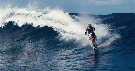 Wasser Motorrad by Rides Motorcycle On Breaking Wave
