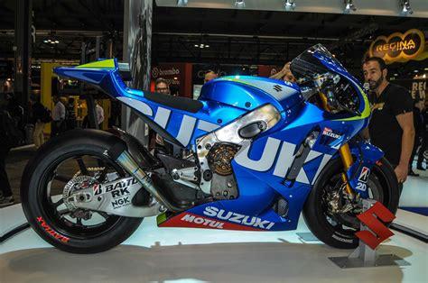 close   suzuki xrh  motogp race bike asphalt