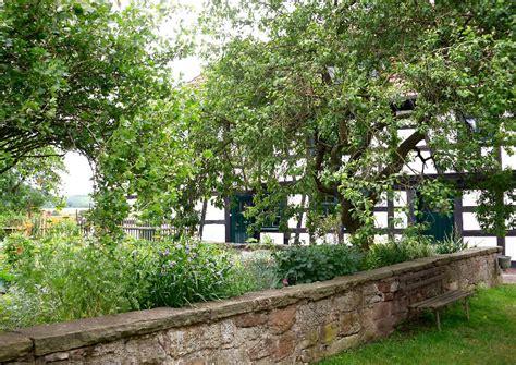 kleiner nutzgarten mit niedriger steinmauer - Kleiner Nutzgarten