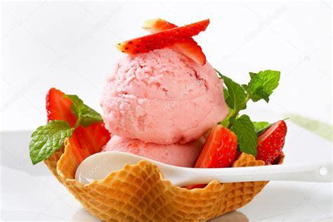 google images ice cream helado de fresa en canasta de galleta foto de stock