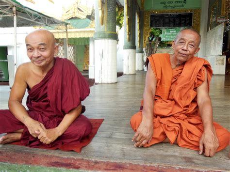 turisti per caso birmania monaci in myanmar viaggi vacanze e turismo turisti per