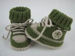 knitted baby booties size newborn to six months baby schuhe stricken diy baby turnschuhe