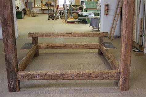 bett aus alten balken probeaufbau in der werkstatt bed - Futon Werkstatt