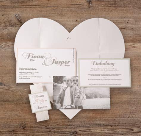 Hochzeitseinladungen Mit Herz by Hochzeitseinladung Quot Lea Quot Auffaltbar Zu Einem Gro 223 En Herz