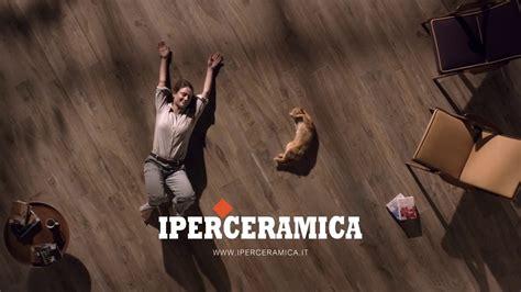 Iperceramica Fiorano Modenese by Pubblicit 224 Iperceramica Con Gatto E Donna Che Si Rotolano