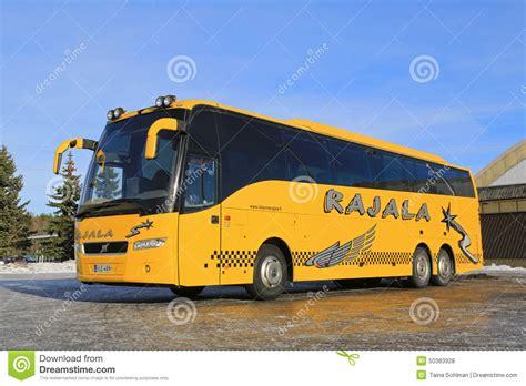 imagenes de autobuses escolares yellow volvo coach bus parked in winter editorial stock