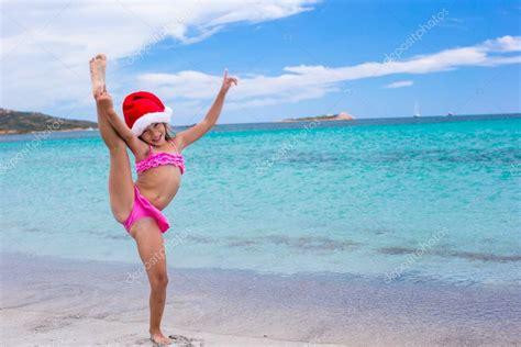 Sourire De Petite Fille Faire Des Exercice D Tirement En Bonnet De No L Sur La Plage Blanche