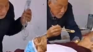 pasangan lansia kena virus corona video suami suapi