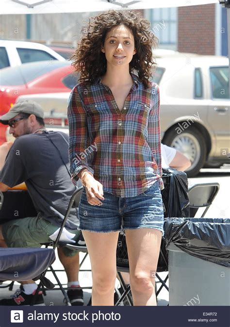 emmy rossum new hair shameless star emmy rossum sports a new curly hair style
