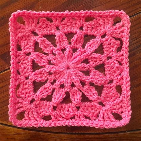 pattern for simple granny square free pattern this little flower square is insanely