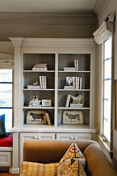 how to paint back of bookcase molding on the bookshelves with contrasting color painted