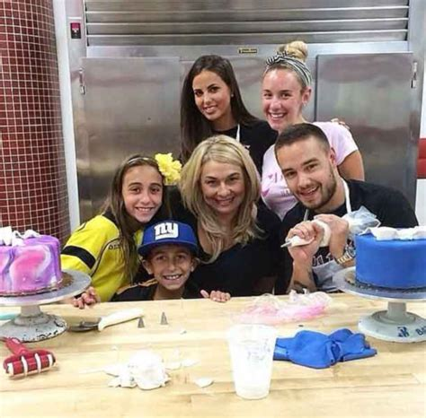 liam payne and attend cake decorating class