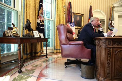 trump desk in oval office these are the loneliest presidents and why donald trump
