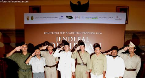 lagu di film jendral sudirman para aktor film jenderal soedirman berpose dalam syukuran