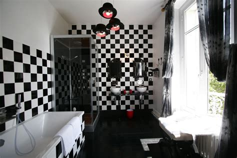 la salle de bains en version noir et blanc journal des