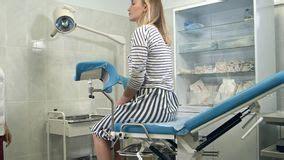sedia ginecologica paziente all esame ginecologo fotografia stock