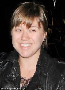 kelly clarkson without makeup taste of country american idol star kelly clarkson emerges without a scrap
