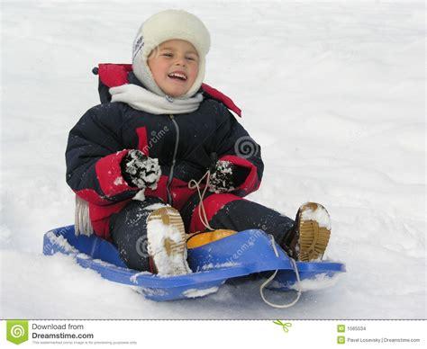 slee kinder kind op slee stock foto afbeelding bestaande uit racers