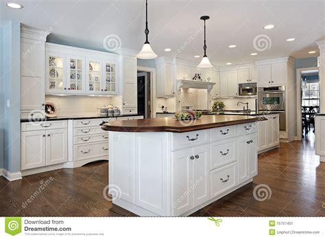 Kitchen Island Granite Top cocina con la isla superior de madera imagen de archivo