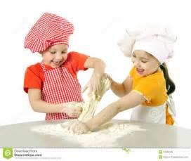 bimbe cucinano peque 241 os panaderos fotos de archivo libres de regal 237 as
