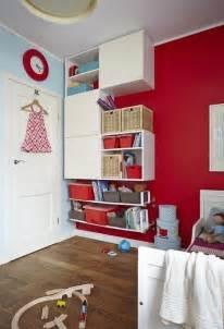 Deco Chambre Rouge Et Blanc #1: idee-deco-chambre-enfant-peinture-rouge-etageres-rangement.jpg