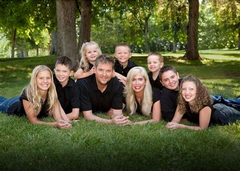 8 Ideas For A Family by Large Family Portrait Poses Outside Www Imgkid The