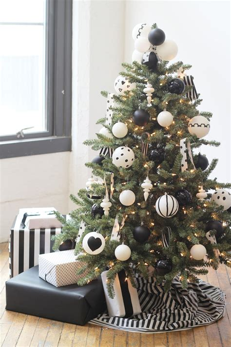 How To Decorate A Designer Tree by How To Decorate A Tree Hgtv S Decorating