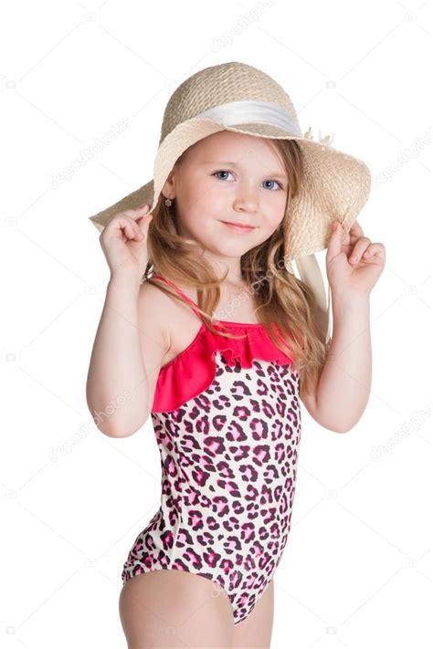 foto modelle in costume da bagno bambina felice bionda in costume da bagno rosa tenendo il