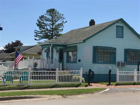 Huron Breeze Cottage In The Heart Of Historic Mackinaw Cottages In Mackinaw City