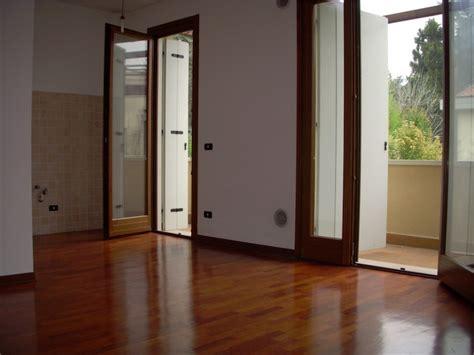 arredare soggiorno con angolo cottura soggiorno con parete in pietra soggiorno angolo cottura