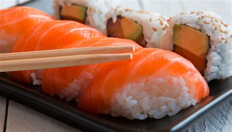 fare sushi in casa come fare il sushi in casa ingredienti e preparazione dilei